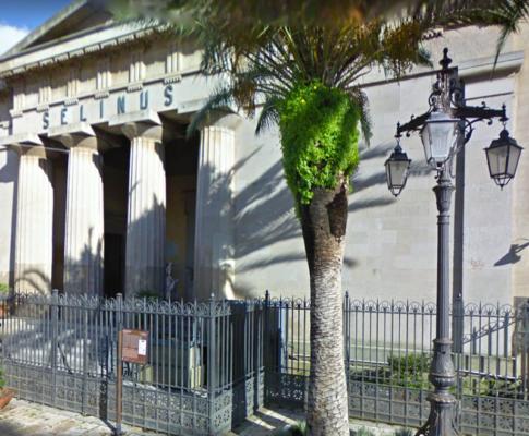 Crolla struttura in teatro: feriti 3 studenti