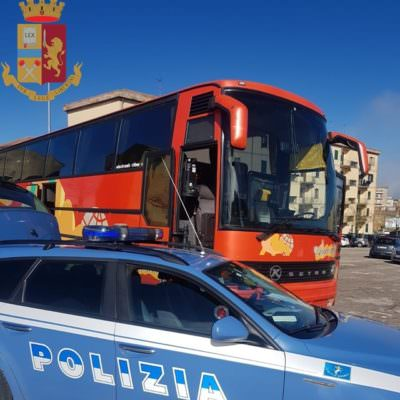 Pullman non revisionato e con ruota priva di battistrada: bloccata gita verso Catania
