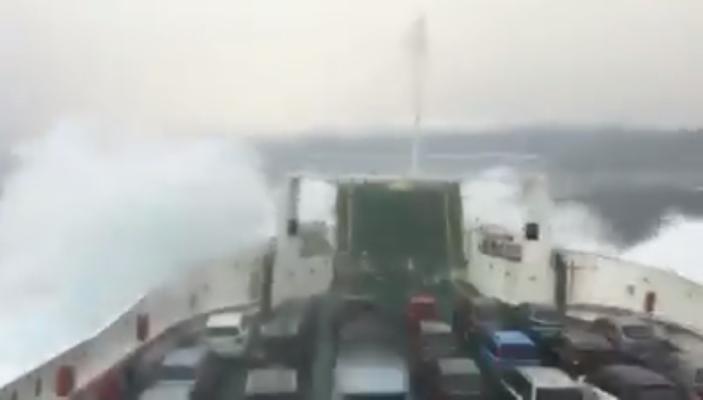 """Sicilia, Pasquetta """"movimentata"""" per alcuni passeggeri: traghetto in balia delle onde – VIDEO"""