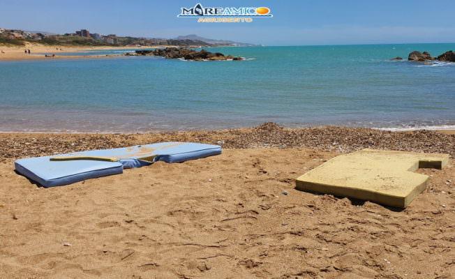 """Tappetini abbandonati sulle spiagge, la denuncia di MareAmico: """"Una grande discarica"""" – FOTO e VIDEO"""