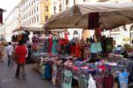Caos al mercatino: donna scaraventa a terra bancarella e cerca di aggredire extracomunitario