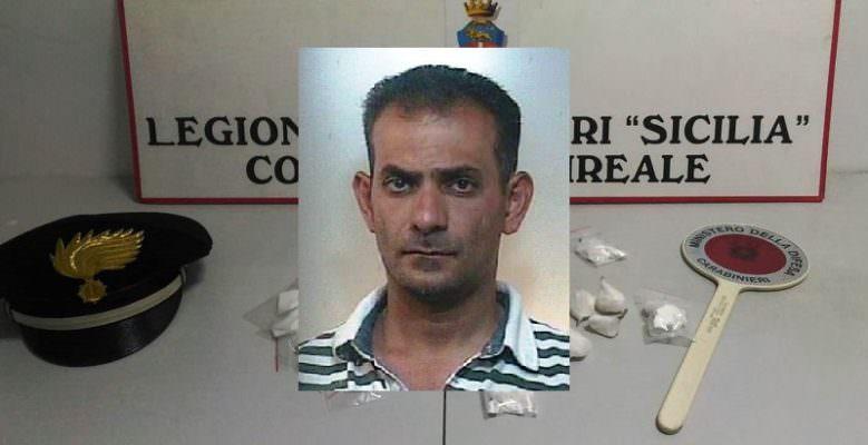 Aci Catena, arrivano i carabinieri e infila la cocaina nella grondaia: in carcere 45enne