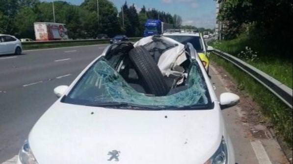 Ruota impazzita contro un'auto, distrutti parabrezza e tetto: conducente vivo per miracolo