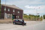 Guida illegale e possesso di armi: coltelli sequestrati e diversi soggetti denunciati
