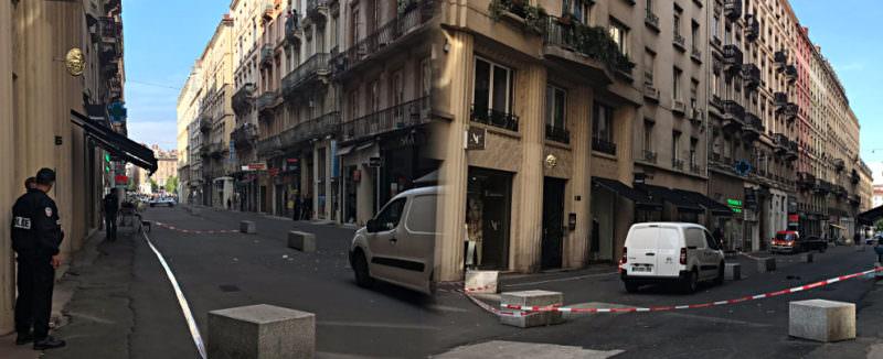 Violenta esplosione nel centro di Lione, ci sono feriti: ipotesi pacco bomba riempito di chiodi, viti e bulloni
