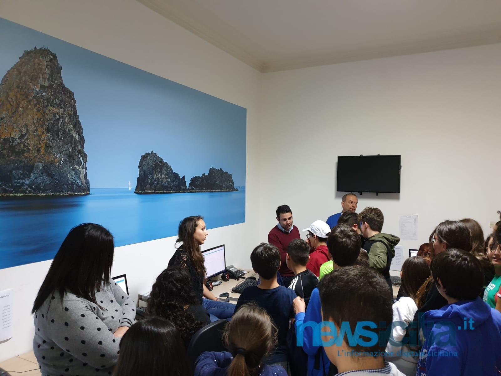 """""""Giornalisti in campo"""", gli alunni dell'istituto Giovanni Falcone visitano la redazione di NewSicilia"""