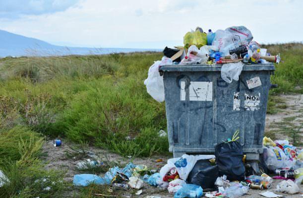 Abbandono dei rifiuti, il Comune di Aci Castello va all'attacco: telecamere e multe salate contro gli sporcaccioni