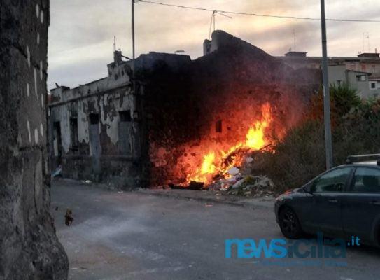 Paura a Ognina, fiamme nei pressi di un cavalcavia in costruzione: vigili del fuoco e carabinieri sul posto