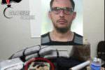 """Armi clandestine e 30 chili di """"maria"""" in cucina e camera da letto: pusher bloccato in autostrada"""