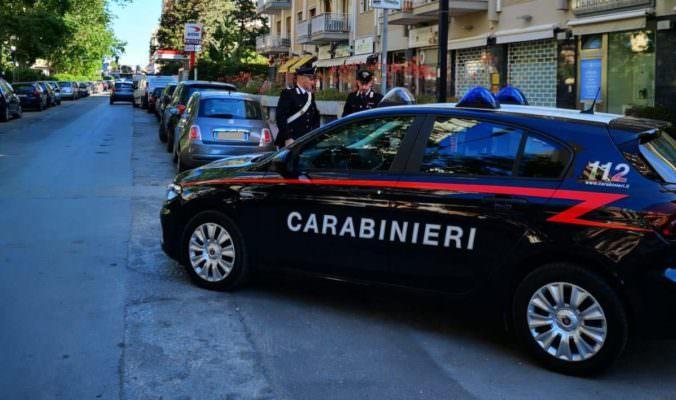 Catania, piccoli criminali crescono: ruba una borsa, il padre lo rimprovera e lui danneggia l'auto di un carabiniere