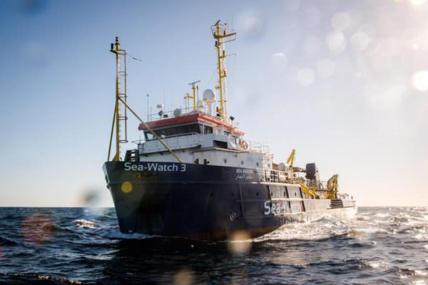 """Sea Watch 3"" approda in Sicilia: a Messina scattano i controlli sanitari dei migranti a bordo"