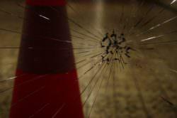 Raid vandalico al Comune, vetri in frantumi e macchinetta scassinata: presentata denuncia