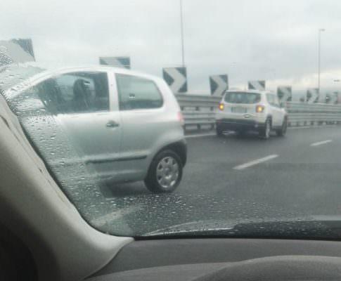 Catania, asfalto bagnato e alta velocità: testacoda in tangenziale