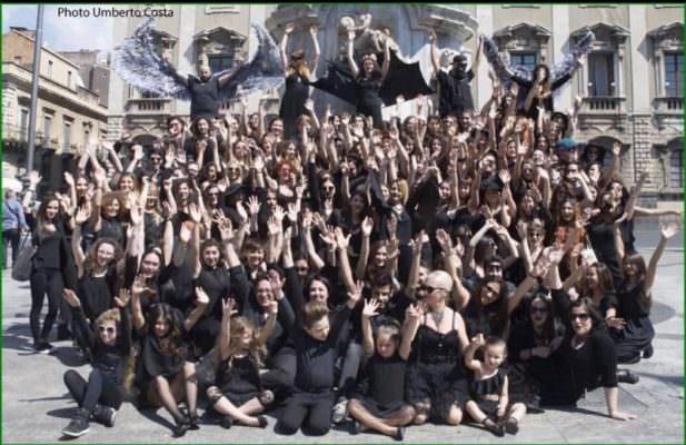Lustrini e paillettes: l'Accademia di Belle Arti di Catania scende in campo per un flash mob contro l'omofobia