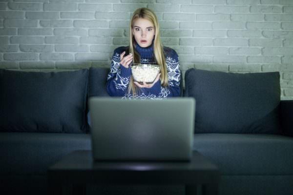 """""""Ancora un altro episodio"""", perdita di sonno e dipendenza: il fenomeno del Binge watching"""