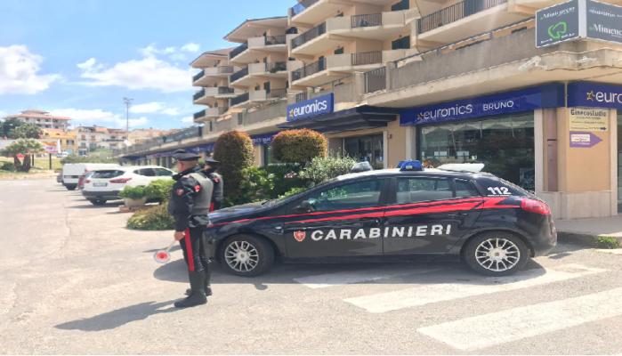 Dà in escandescenza nel parcheggio di un centro commerciale: 25enne arrestato dopo aver aggredito i carabinieri