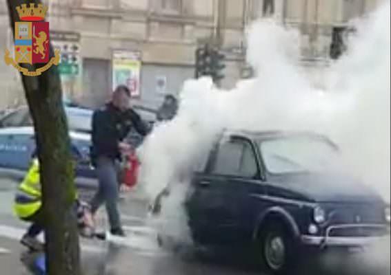Auto storica in fiamme, salvato 88enne rimasto intrappolato – FOTO e VIDEO