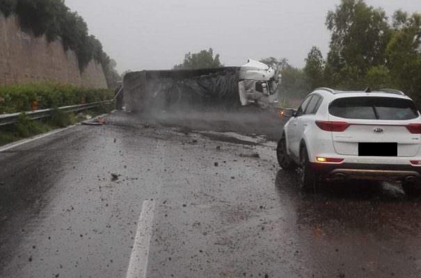 Terribile incidente lungo la A18: autoarticolato finisce fuori strada e si ribalta