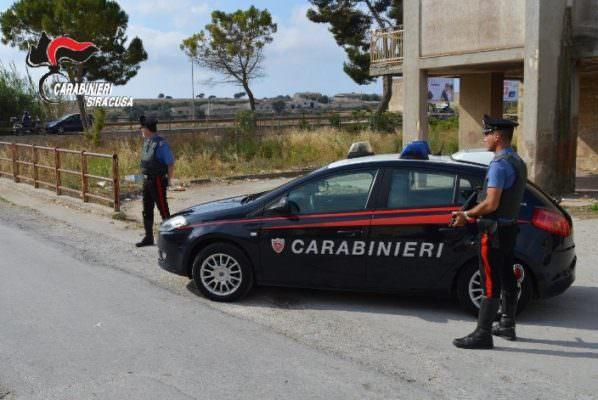 Insulta, minaccia di morte e aggredisce l'ex e la nuova compagna: arrestata 47enne