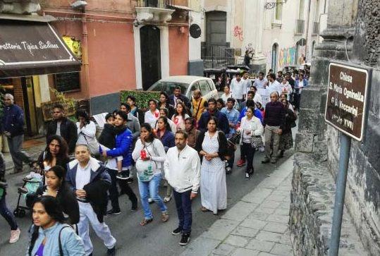 Catania, comunità cingalese in corteo per ricordare le vittime degli attentati di Pasqua – FOTO