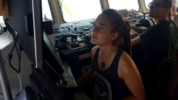"""Sea Watch 3, Carola Rackete chiede la chiusura dei profili social di Salvini: """"Potenziano il messaggio d'odio"""""""