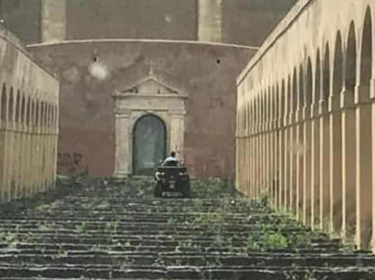 Percorre la scalinata della Collina storica di Paternò con il quad: identificato