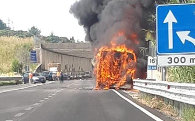 Fumo dal motore, autobus Ast in fiamme: paura e mezzo distrutto
