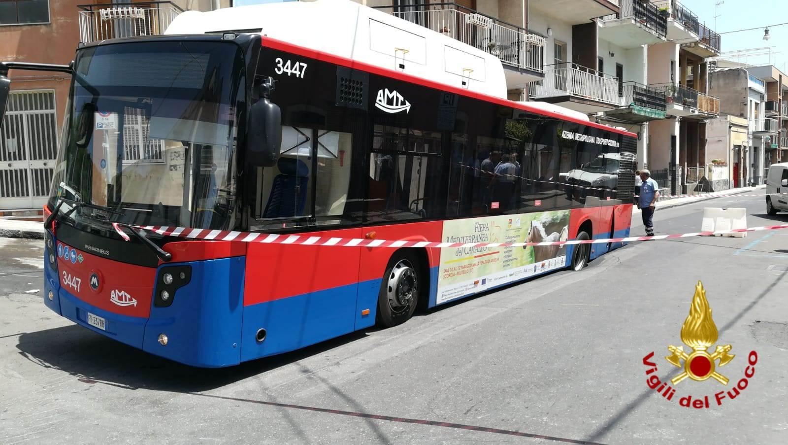 Bus Amt sprofonda in buca: paura tra i passeggeri – FOTO