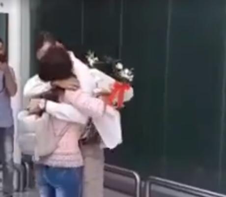 """Aeroporto di Catania in love, Roberto chiede la mano di Cristina """"e si ficiru i ficu"""" – IL VIDEO"""