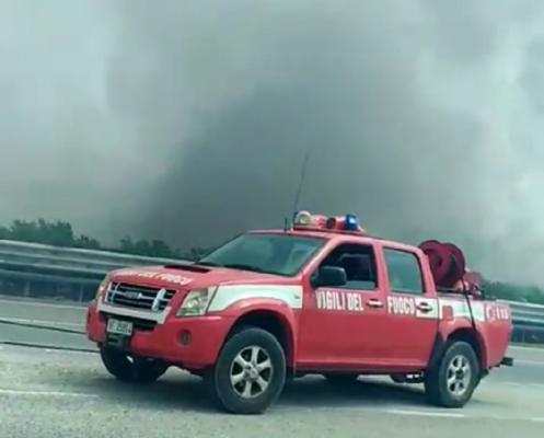 Fiamme sulla Palermo-Catania, incendio minaccia automobilisti: vigili del fuoco e agenti sul posto