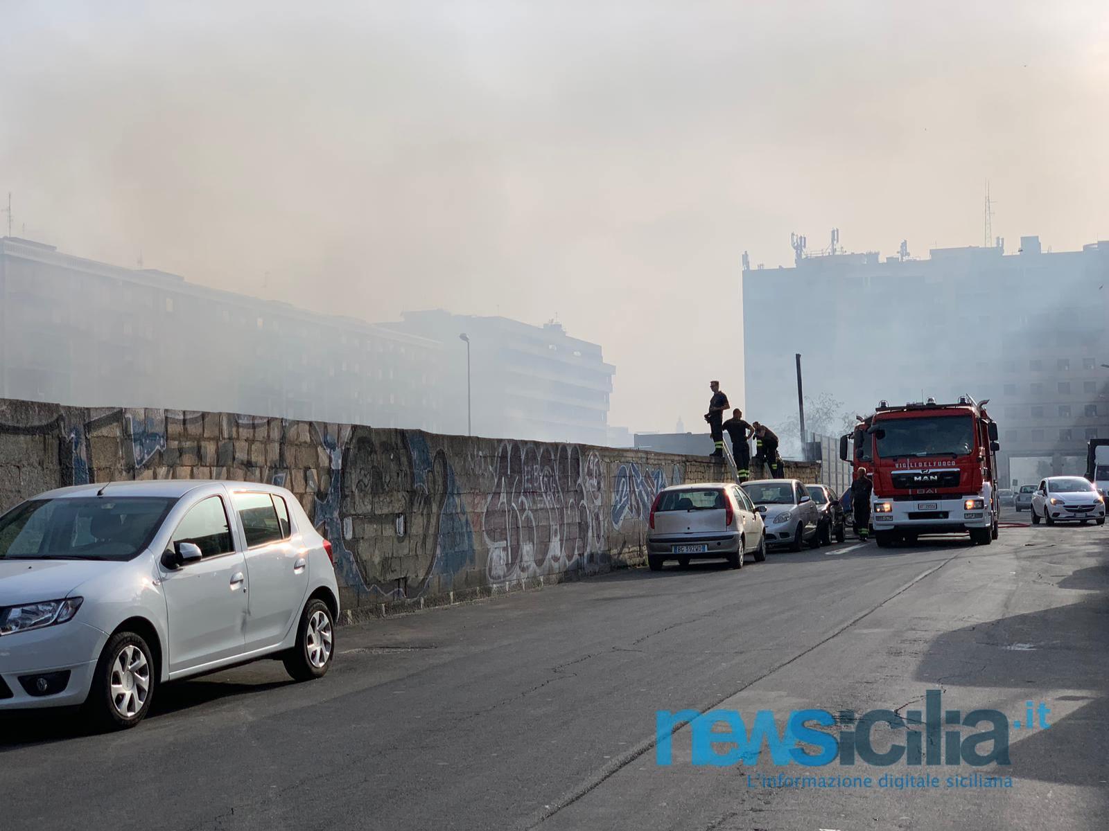 Paura a Catania per un incendio in corso Martiri della Libertà, sul posto i vigili del fuoco – VIDEO