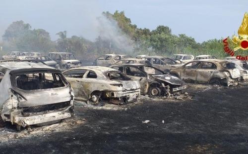 Incendio al parcheggio Eloro, scene da paura: oltre 50 auto carbonizzate – FOTO