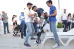 Dopo 13 anni in sedia a rotelle torna in piedi grazie a un esoscheletro: ex militare siciliano ritorna a camminare