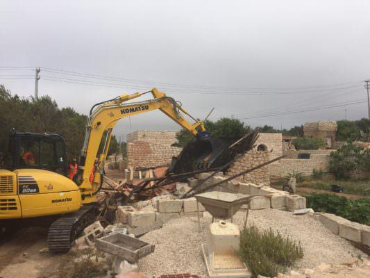 Immobili abusivi in una riserva naturale a Lampedusa: avviata demolizione – LE FOTO