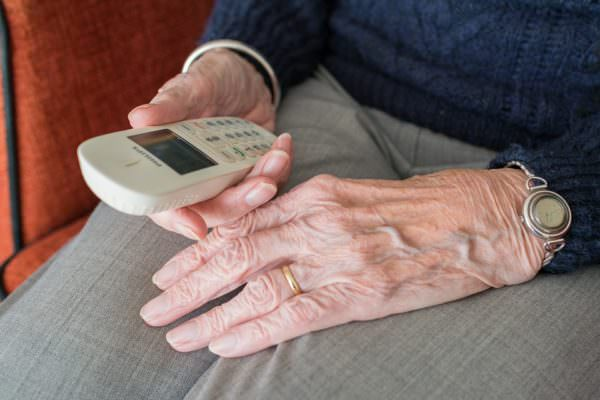 Anziana invalida non mangia da giorni e chiede aiuto ai carabinieri: le consegnano scorta di beni di prima necessità