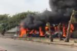 Autobus in fiamme nei pressi del Cara di Mineo: passeggeri illesi, autista intossicato – DETTAGLI
