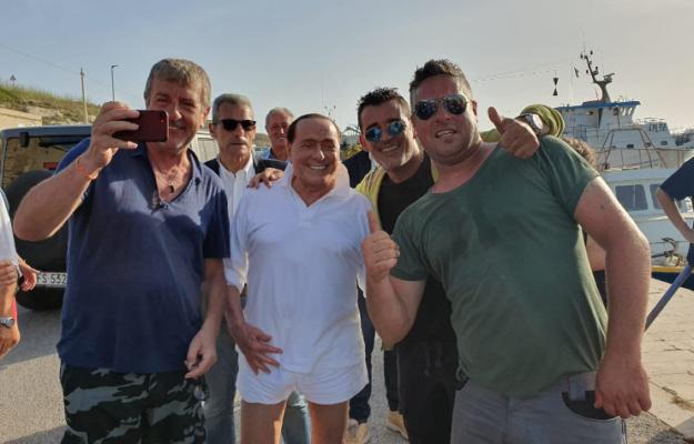 """Lampedusa, scatta la """"Silviomania"""": l'ex Presidente del Consiglio in visita nell'isola siciliana"""