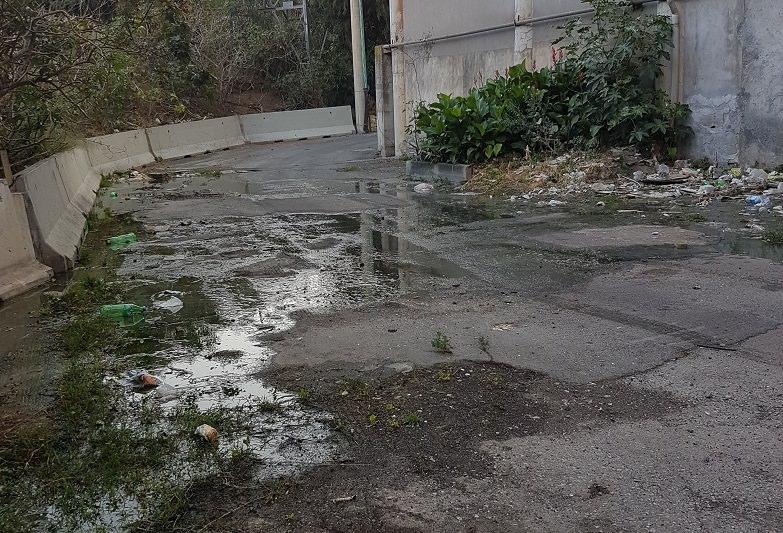 """Fogna a cielo aperto in viale Bummacaro, il Comitato denuncia: """"Rischio sanitario con l'arrivo del caldo"""" – FOTO"""