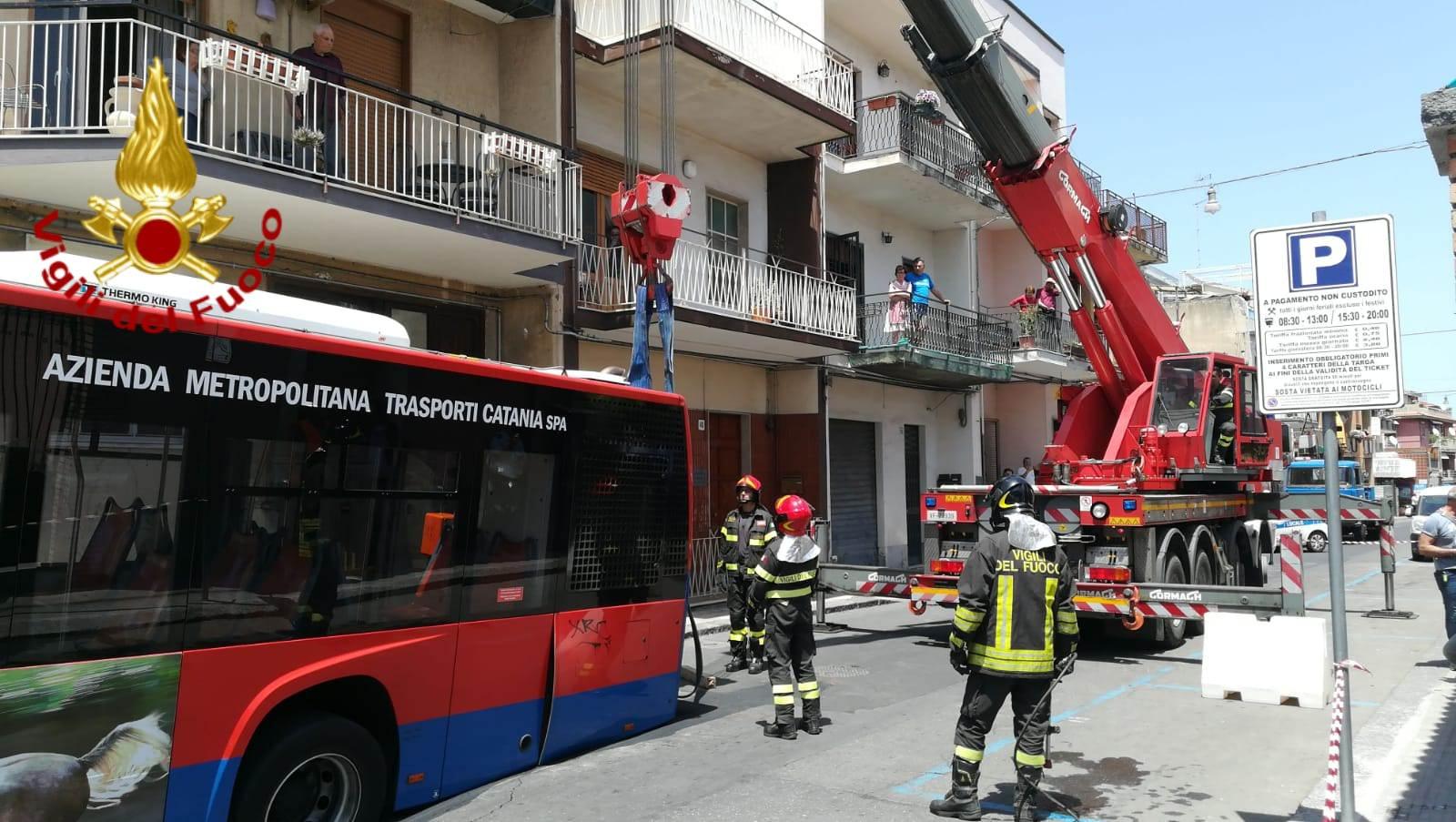 Bus sprofondato nell'asfalto, dopo ore concluse le operazioni di intervento