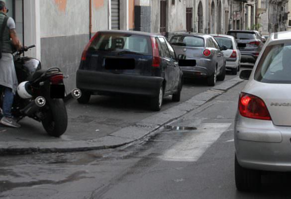 """Catania, il comitato Terranostra denuncia: """"Via Vittorio Emanuele II in preda all'inciviltà e al parcheggio selvaggio"""""""