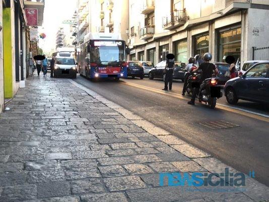 Traffico in tilt in via Etnea, conducente lascia auto in doppia fila e blocca l'intera circolazione – FOTO