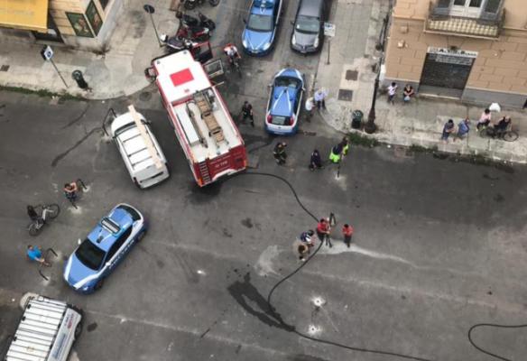 """Incendio in via Amari, vigili del fuoco """"prigionieri"""" della zona pedonale: autobotte frenata dai paletti dissuasori"""