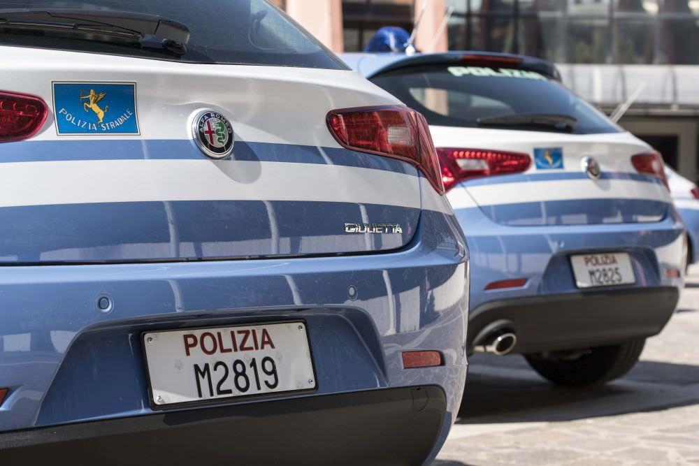 Caldo torrido e bimba in crisi: auto avvolta dal fumo, mamma e figlia salvate dalla polizia