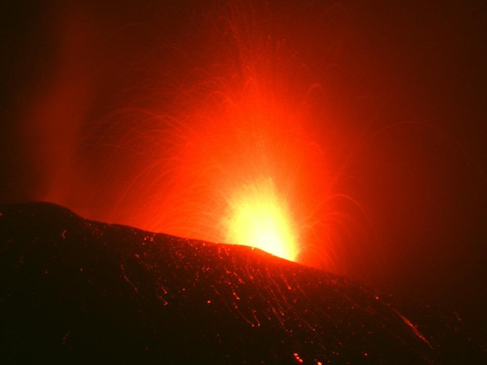 Boati, esplosioni e colata lavica, l'Etna regala spettacolo: in aumento il tremore vulcanico – FOTO