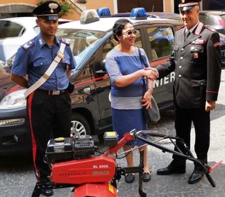 Catania, il comandante dei carabinieri consegna motozappa all'Associazione Madonna della Tenda