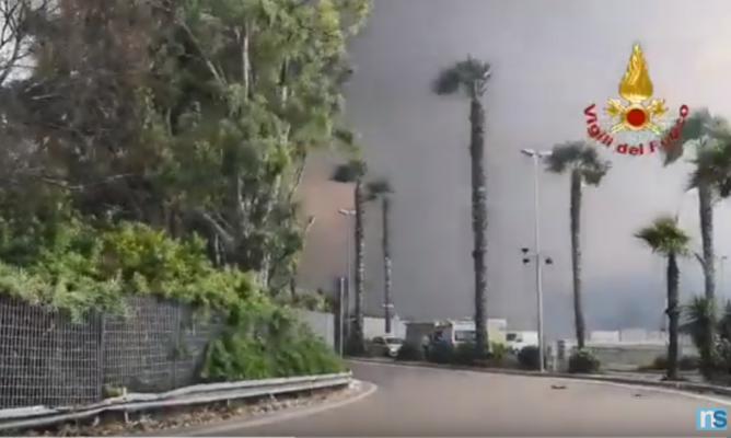 """Incendio al viale Kennedy, Lido Europa e Maeva Beach """"in fumo"""": inizia la conta dei danni – VIDEO e FOTO"""