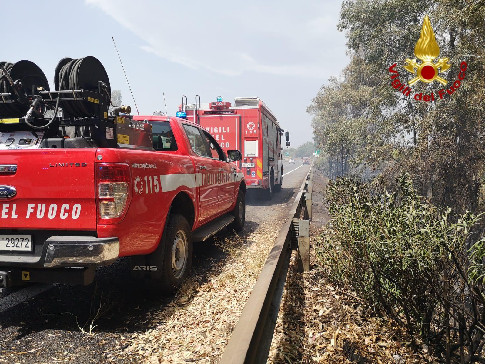 Incendio sulla A18, fiamme a un chilometro dal casello di Acireale: FOTO dei vigili del fuoco