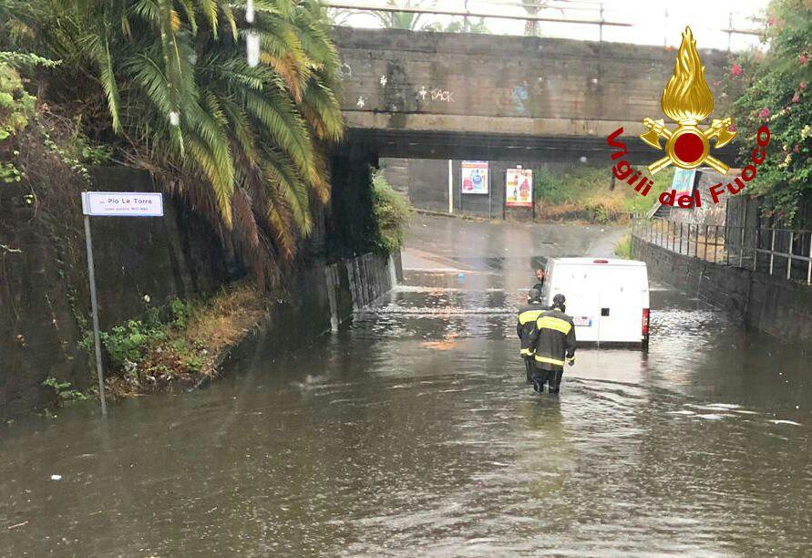 Dal fuoco all'acqua nel Catanese: allagamenti e gente bloccata in auto – FOTO