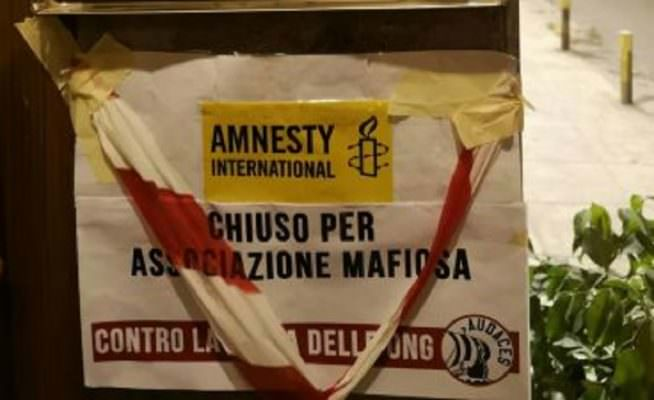 "Intimidazione per Amnesty International ed Emergency: spunta cartello ""chiuse per mafia"""
