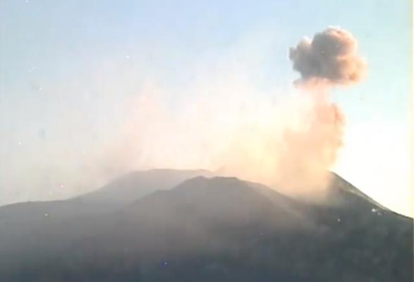 L'Etna continua a borbottare: nuove emissioni di cenere dal cratere di Sud-Est – VIDEO